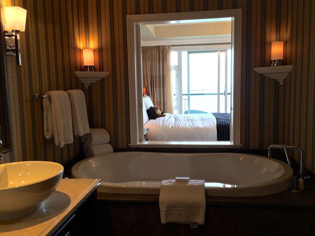 Oak Bay Beach Hotel Tub