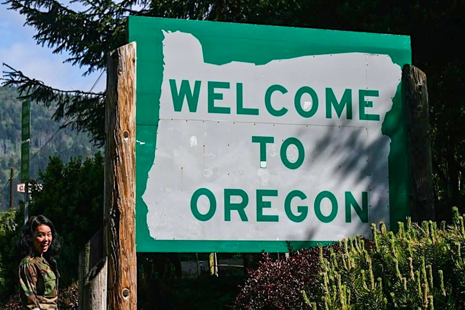Welcome to Oregon sign - Road Trip Adventures | www.rtwgirl.com